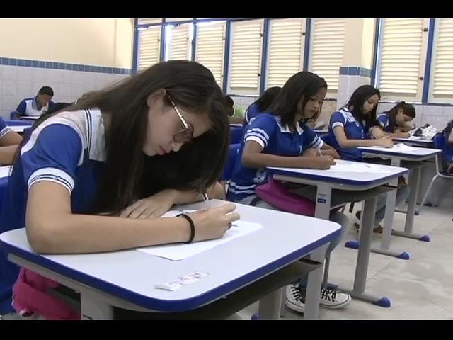 Estudantes escrevem disserta��es para concurso da Esmal